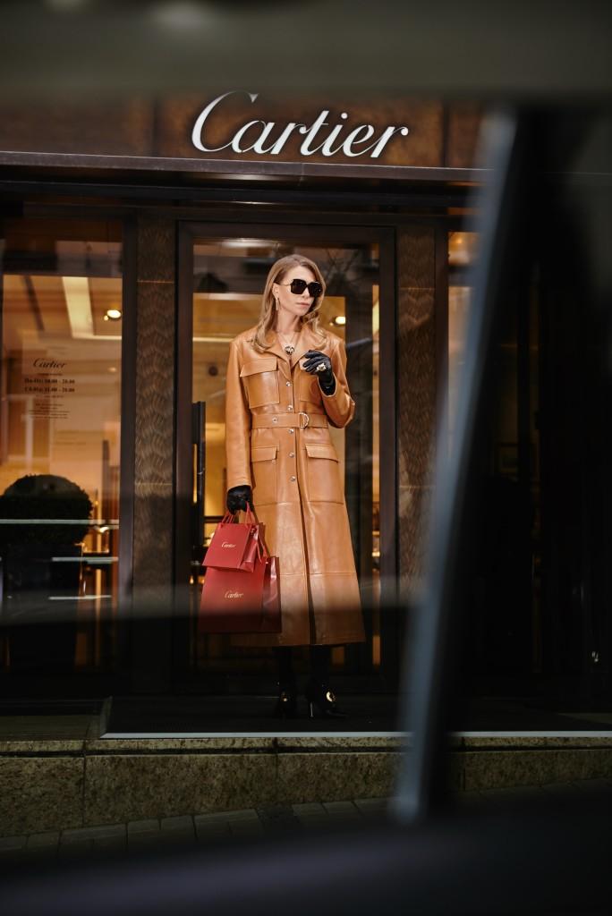 Плащ Chloe туфли и перчатки, собственность стилиста Очки, украшения Cartier