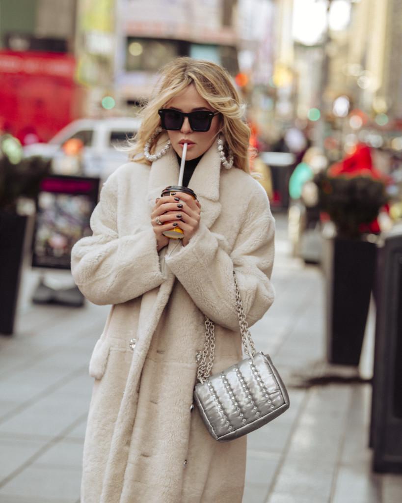 Пальто, свитер, серьги TOM FORD Сумка, очки KAREN WALKER
