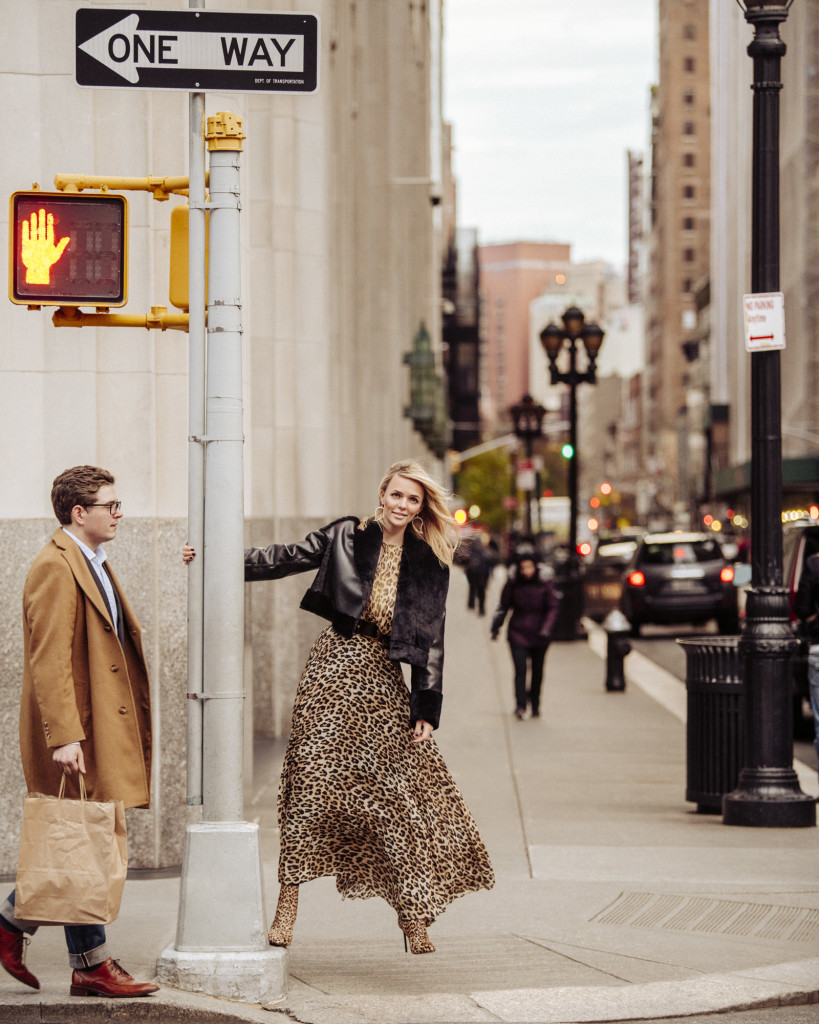 Кожаный жакет JOSIE NATORI Блуза ALICE AND OLIVIA Юбка, ботинки и ремень VERSACE Серьги ALEXIS BITTAR