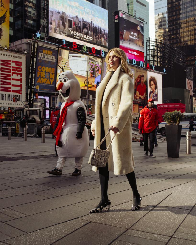 Пальто, свитер, серьги TOM FORD Сумка KAREN WALKER БЛАГОДАРИМ ЗА ПОМОЩЬ В ОРГАНИЗАЦИИ ПРОЕКТА: Hotel W New York – Times Square