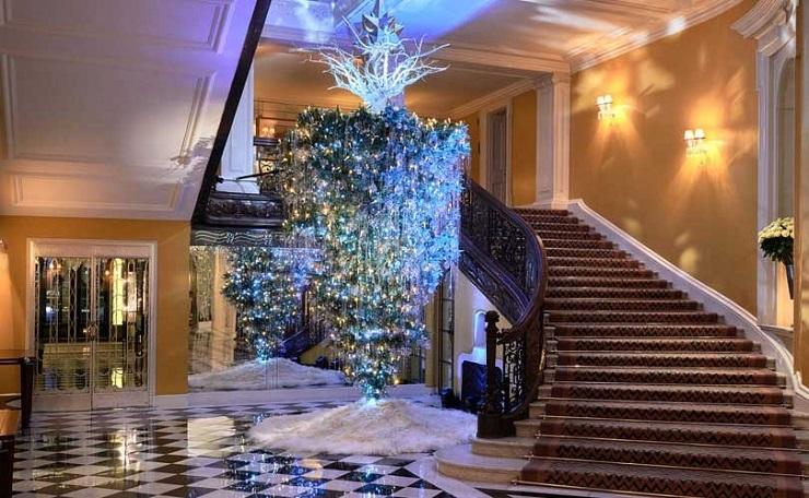 Основание елки — переплетенные между собой светящиеся корни с серебряной многогранной звездой. Фото: fashionunited.uk