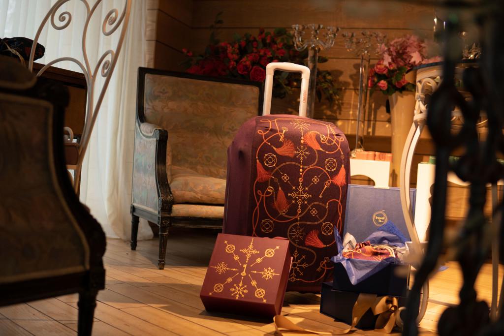 Авторские чехлы для дорожных чемоданов Travel is...