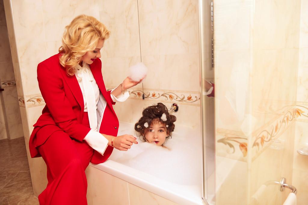 На Лане: красный костюм и блуза Veronica Beard Локация: Premier Palace Hotel, именной люкс «Любовь Орлова»