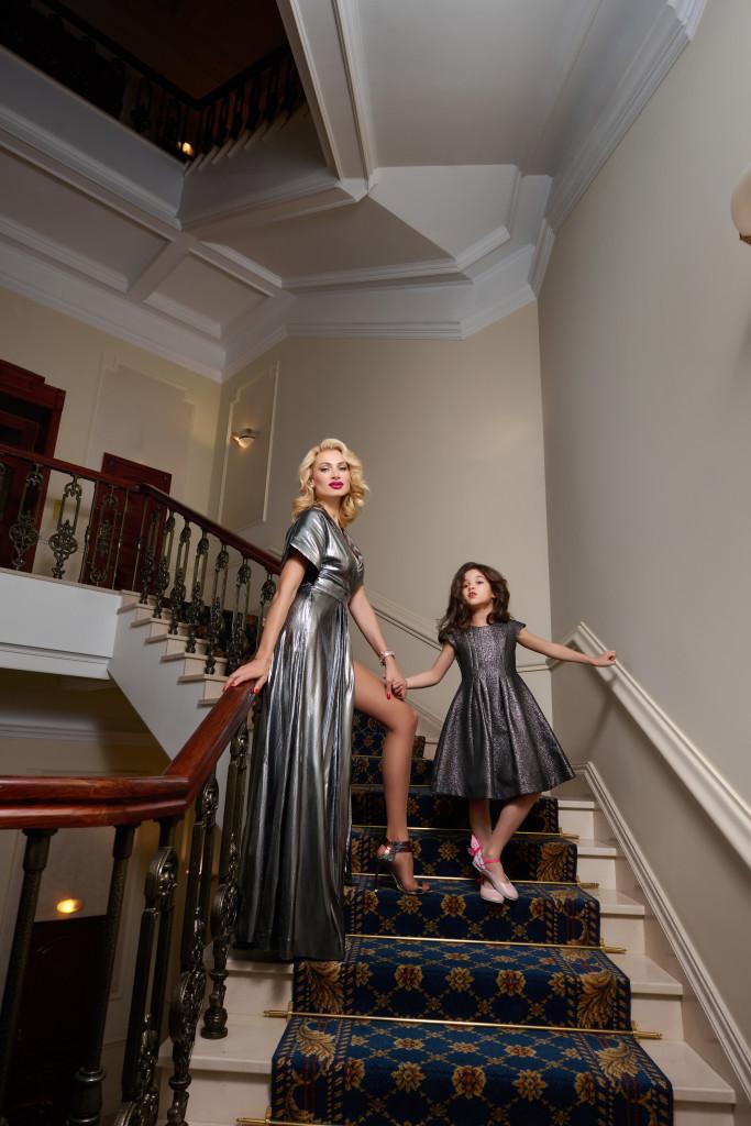 На Лане: платье Temperley London, босоножки Marskin Ryyppy На Соне платье: Monnalisa
