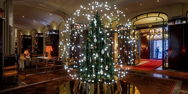 Ель напоминает стеклянный снежный шар или же гигантскую елочную игрушку. Фото: accorhotels.group