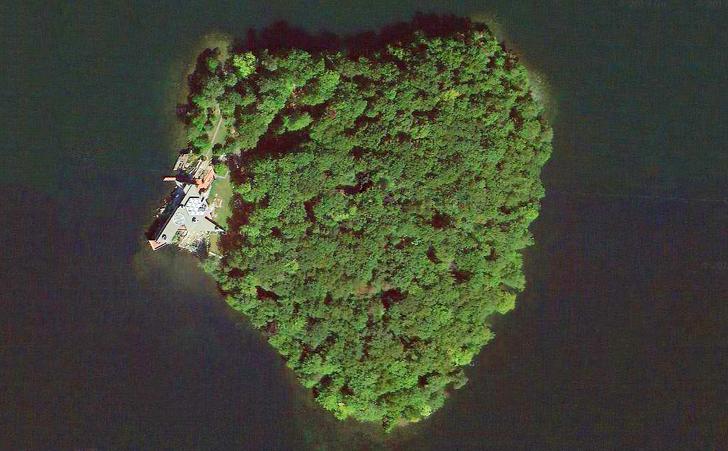 Подарок: остров в виде сердца