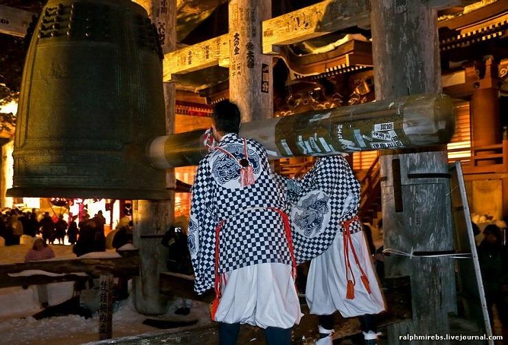 Японцы в новогоднюю ночь звонят в колокола. Фото: forum.tourtrans.ru