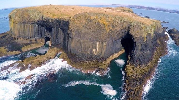Фингалова пещера с высоты птичьего полета. Фото: gogetnews.info
