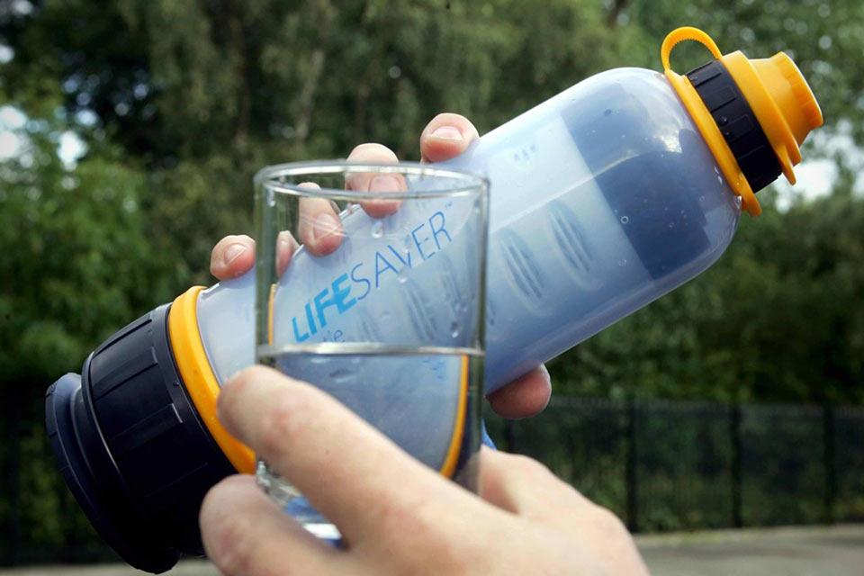 Бутылка для очистки воды – незаменимый гаджет в путешествии. Фото: hiking.ru