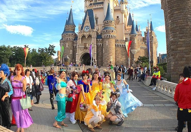 На входе посетителей встречают культовые герои диснеевских мультфильмов. Фото: incomartour.com.ua