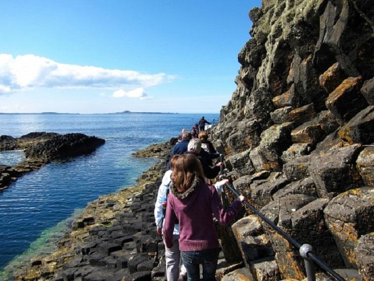 Вход в пещеру возможен только по узкой тропинке. Фото: set-travel.com