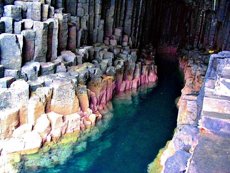 В некоторых местах камни пещеры имеют яркий окрас: от бирюзового – до пурпурного. Фото: etotam.com