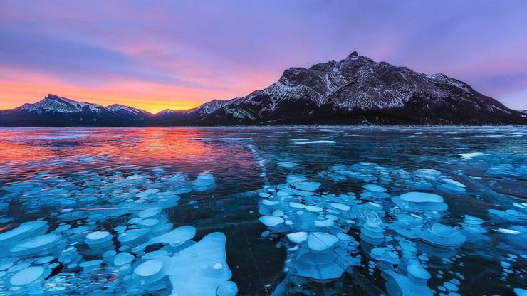 Озеро Эйбрахам известно феноменом  пузырения воды. Фото: google.com.ua