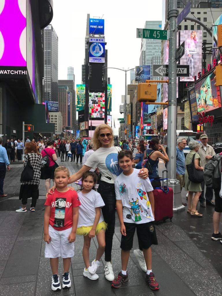 На фото: Герман, Соня, Миша и Лана Кауфман Локация: Нью-Йорк, Таймс-сквер