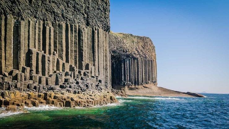 Побережье острова – своеобразное архитектурное произведение природы. Фото: ecoindustry.ru