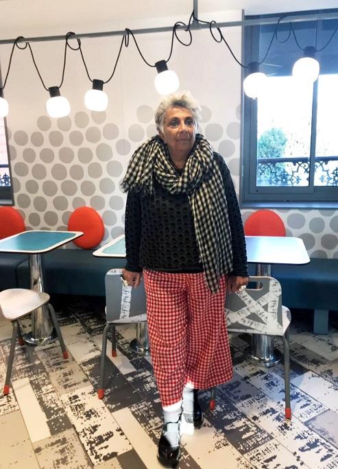 Паола Навоне в парижском McDonalds, дизайн которого создан по ее проекту. Фото: elledecoration.ru