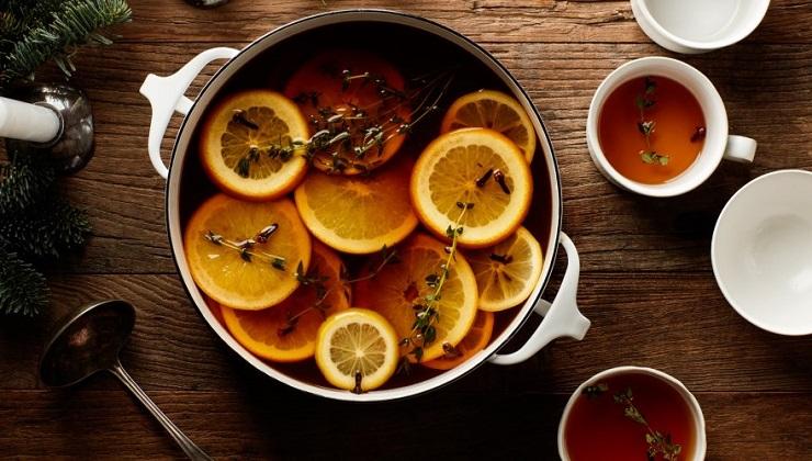 Традиционно пунш разливают с большой кастрюли или миски с помощью половника. Фото eda.bit.ua