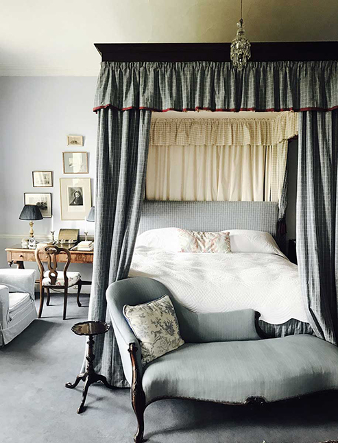 bedroom_with_four_poster_bed