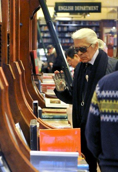 Карл Лагерфельд в книжном магазине Calignani в Париже. Фото: twitter.