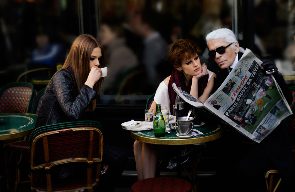 Карл Лагерфельд в Café de Flore. Фото: Karl Lagerfeld for Elle France.