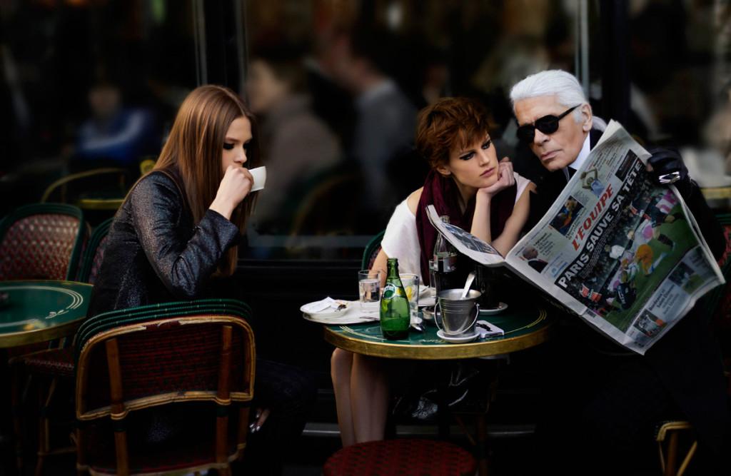 Карл Лагерфельд в Café de Flore. Фото: Karl Lagerfeld for Elle France.