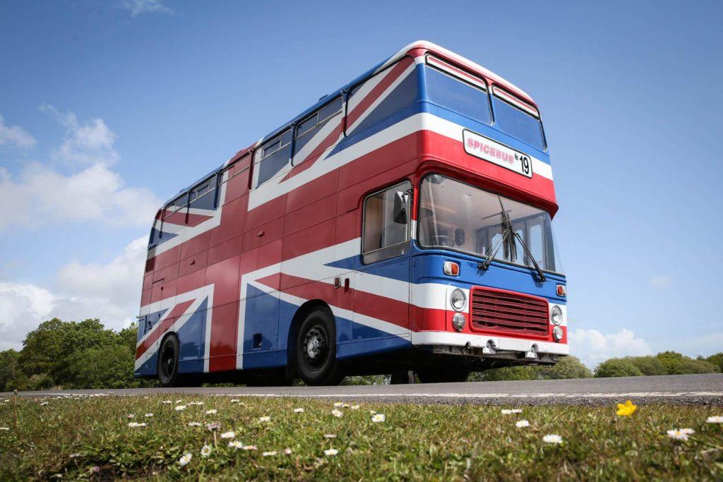 """Airbnb предлагает арендовать автобус Spice Girls из фильма """"Спайс Уорлд"""""""