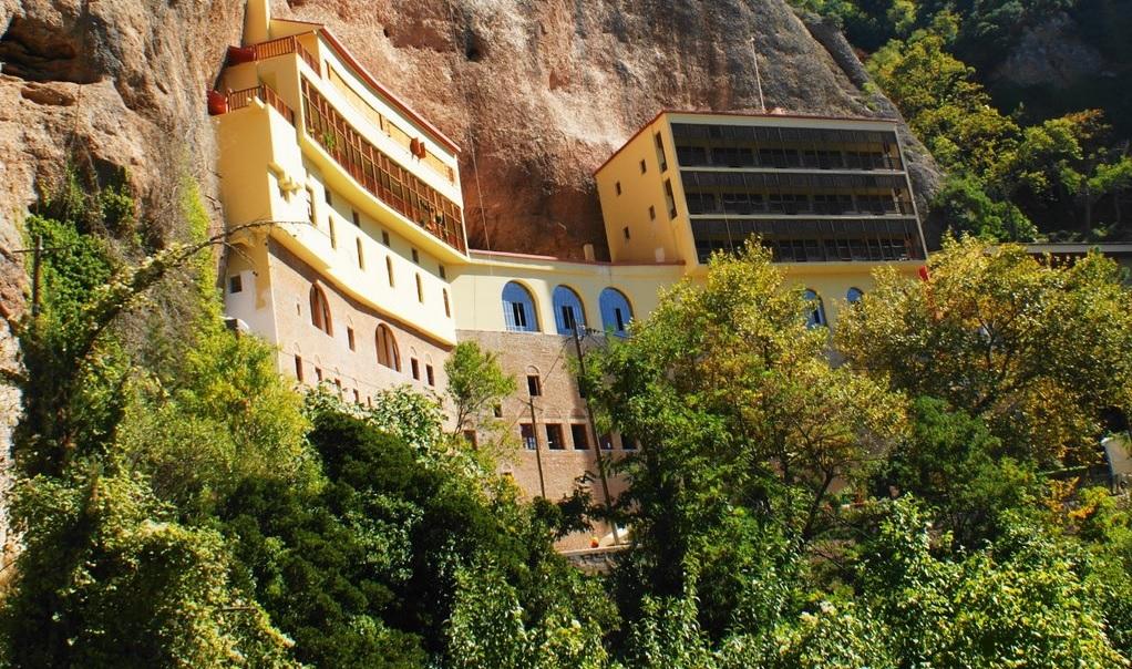 Монастырь Мега-Спилео расположен высоко в горах