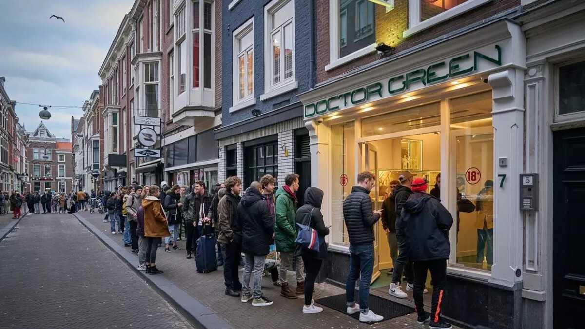 В Амстердаме выстроились очереди в кофешопы за марихуаной Фото: Reuters