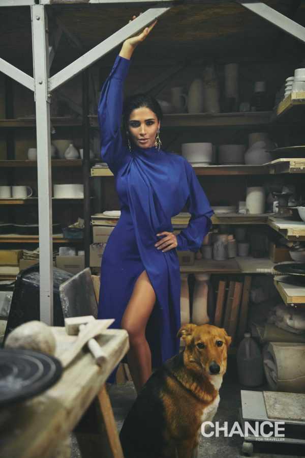 На Санте: платье AMG, серьги Chloé