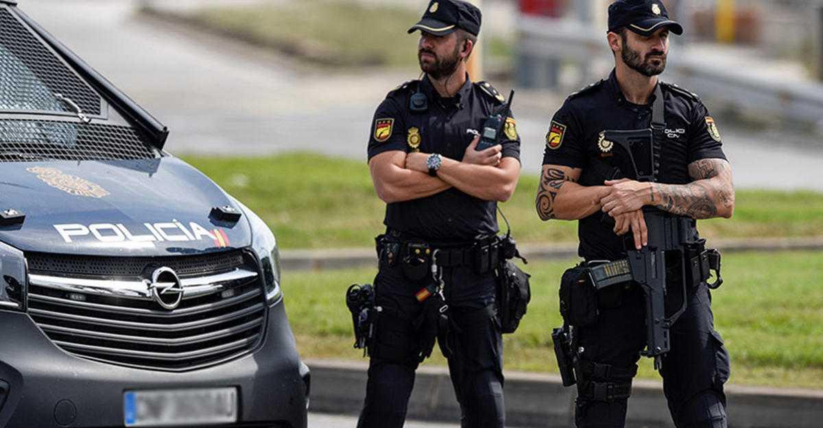 Полиция Испании поднимает настроение местом во время концерта