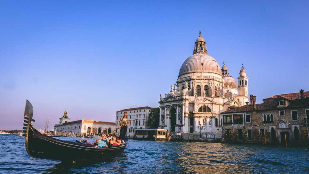 в Венеции очистились каналы во время карантина