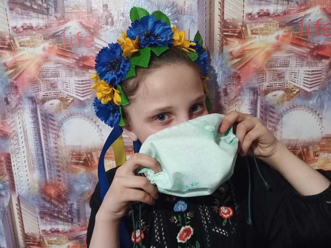 В день Алиса шьет около 70 масок