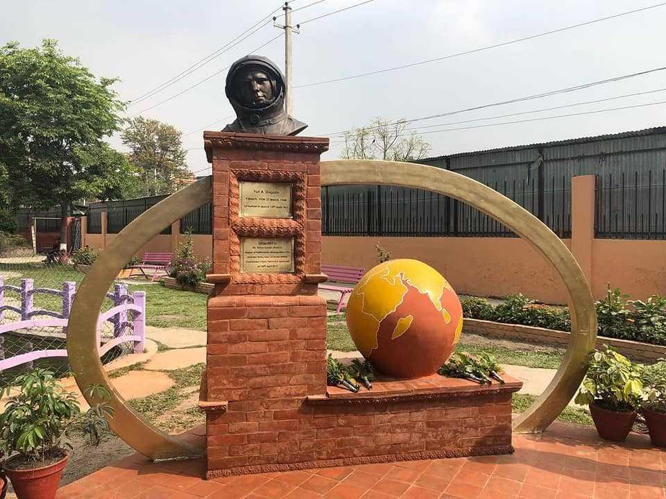 Бюст Гагарину в Катманду, Непал