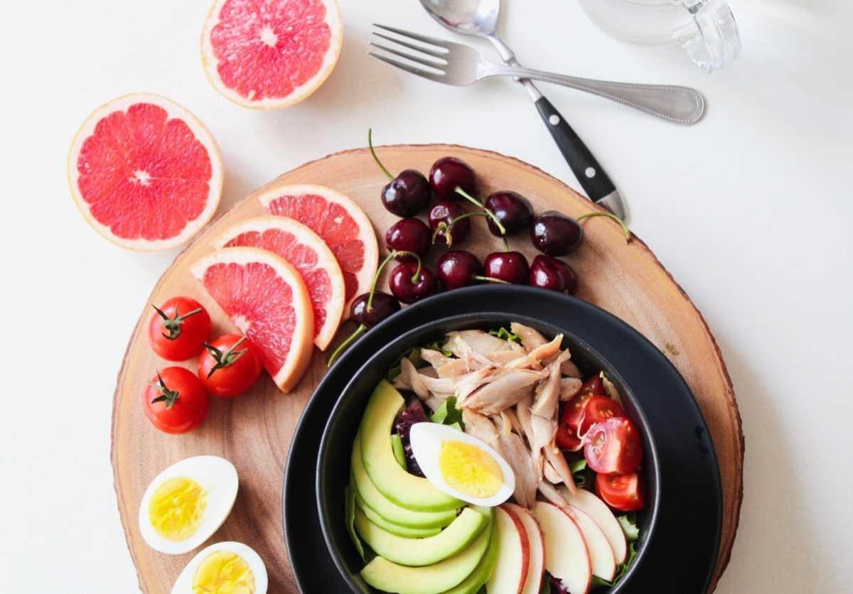 Витамин В9 (другое название фолиевой кислоты) участвует в формировании и росте клеток и укрепляет иммунную систему. В большом количестве содержится в зеленых овощах с листьями, в бобовых и в печени.