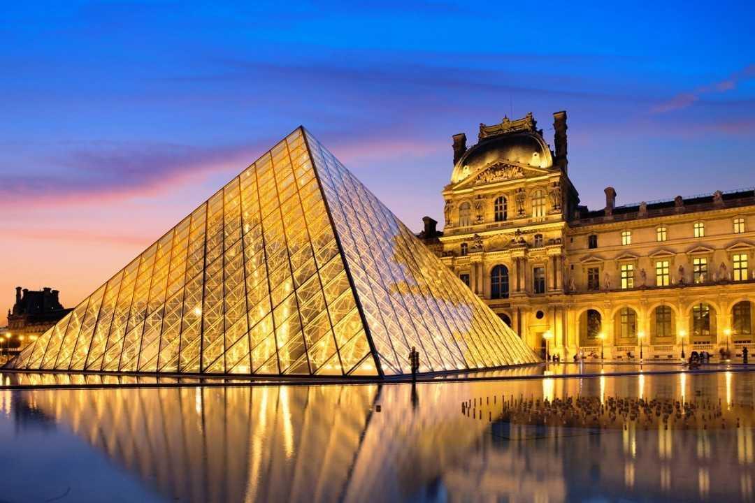 Виртуальный тур в Париж стоит начать с посещения Лувра