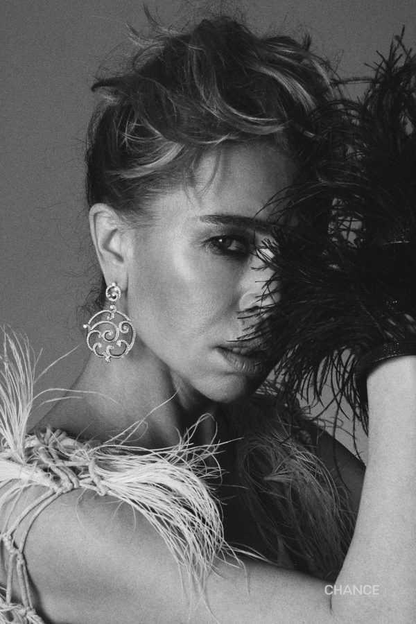 Платье, браслет Brunello Cucinelli Украшения: серьги Fabergé Rococo Pavé Diamond