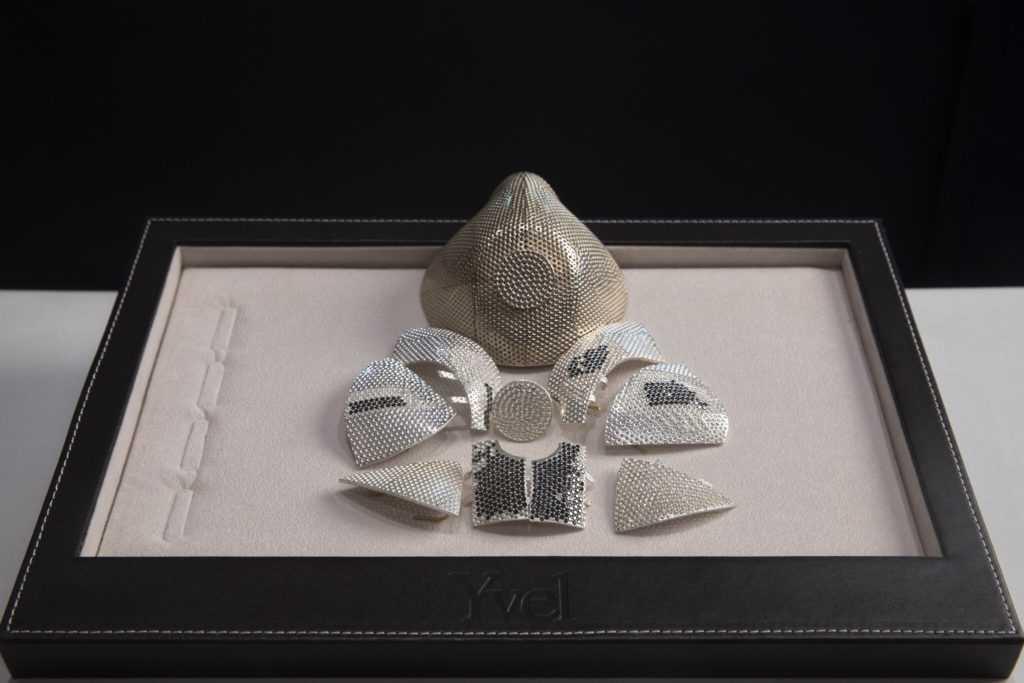 Защитная маска из золота и бриллиантов