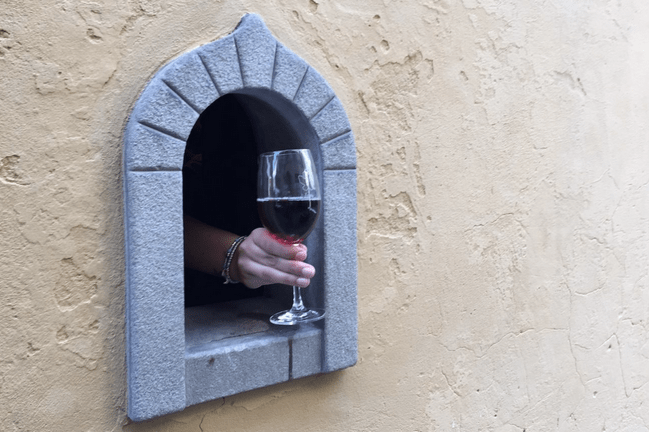 «Винные окошка»: в Италии возобновили давнюю традицию