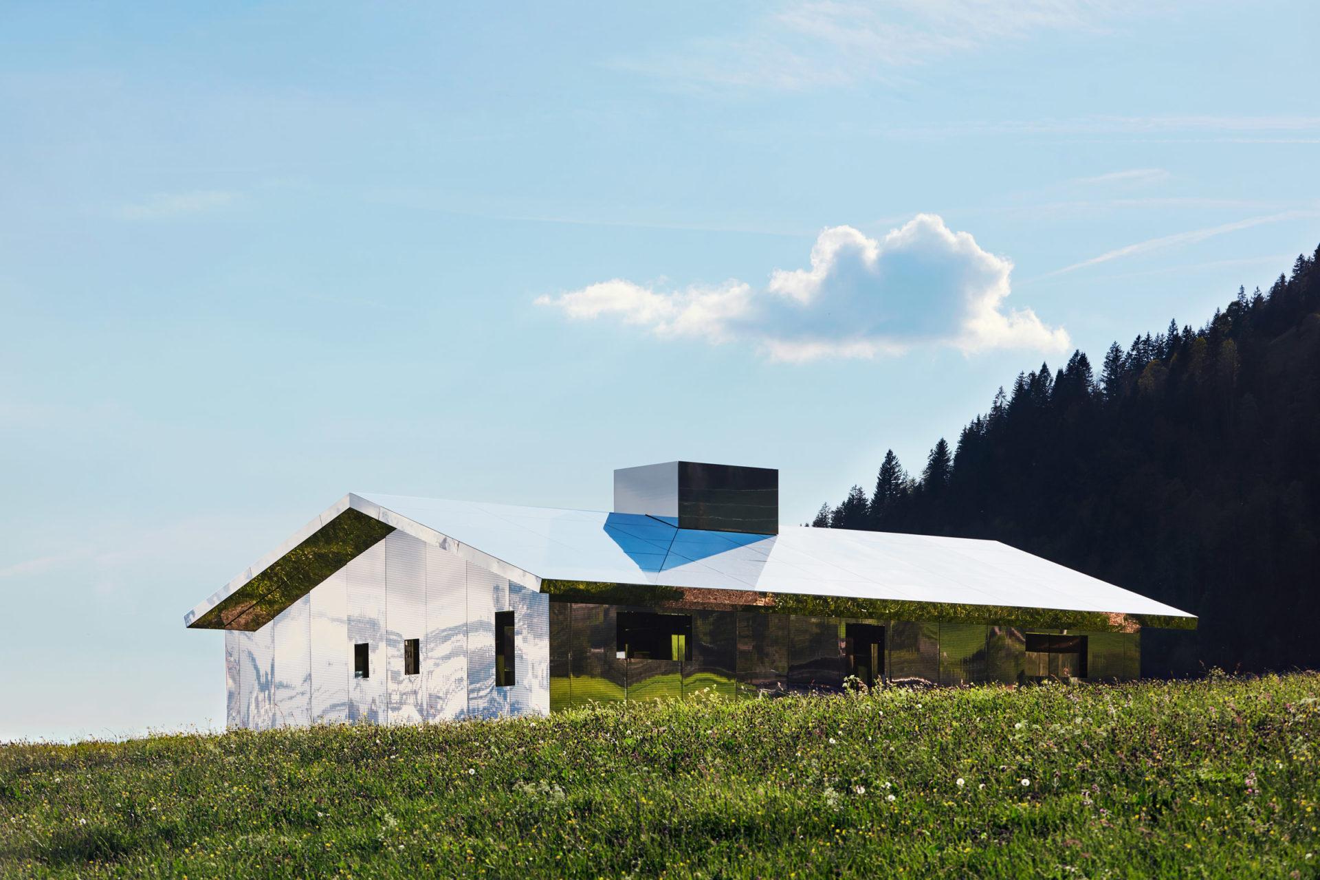 Видео дня: как выглядит дом-мираж в швейцарских Альпах