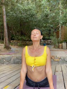 Йога здесь проходит каждое утро на пляже Silence Beach