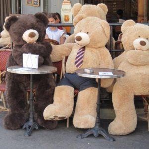 Плюшевые медвежата поднимают настроение прохожим Парижа