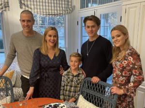 Семейный ужин и празaдничные вечеринки: как звезды отметили День благодарения