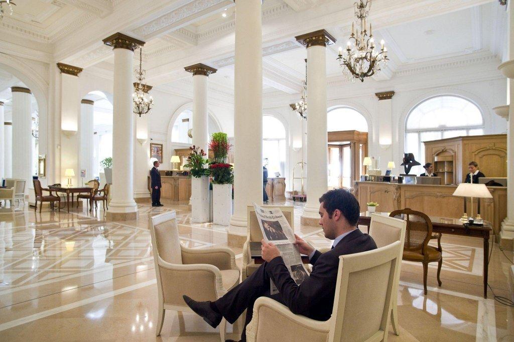 Отель, оформленный в стиле «Прекрасной эпохи», находится в центре города, в 800 метрах от Дворца фестивалей.